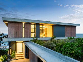 Дом с двором, зелёной крышей и линейным бассейном
